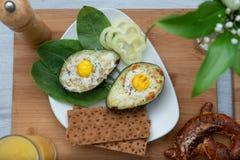 Jajka piec w avocado na talerzu zdjęcie royalty free