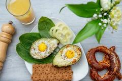 Jajka piec w avocado na talerzu obraz royalty free
