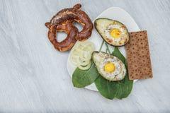 Jajka piec w avocado na talerzu fotografia royalty free