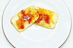 Jajka Piec w słodka bułeczka cynie z salsa i serem obrazy royalty free
