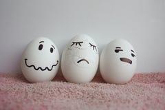 Jajka są śmieszni z twarz bólem Rozbijającym i pękającym fotografia royalty free