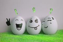 Jajka są rozochoceni z twarzą dwa kawałki royalty ilustracja
