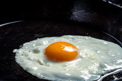 Jajka smażący na niecce Zdjęcie Stock