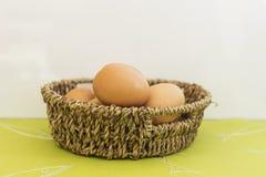 Jajka w brown koszu zdjęcie stock