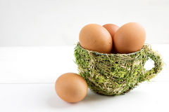 Jajka w dekoracyjnej filiżance, świezi jajka Obrazy Stock