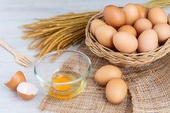Jajka w drewnianym koszu zdjęcia royalty free