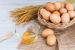 Jajka w drewnianym koszu zdjęcia stock