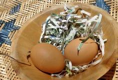 Jajka w drewnianym pucharze w kuchni Zdjęcie Stock