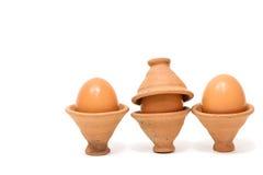 Jajka w glinianym garncarstwie na białym tle Zdjęcia Stock