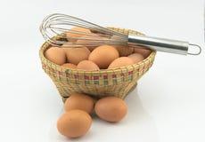 Jajka w kosza i ręki śmignięciu Zdjęcie Royalty Free