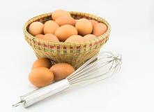 Jajka w kosza i ręki śmignięciu Zdjęcia Royalty Free