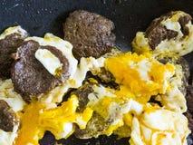Jajka w niecce, gotujący jajka w oleju, gotujący jajka z kiełbasą, Zdjęcie Royalty Free