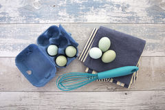 Jajka w pudełku z śmignięciem na nieociosanym drewno stole fotografia stock