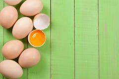 Jajka w tacy na zielonym drewnianym tle z kopii przestrzenią dla twój teksta Odgórny widok Zdjęcia Stock