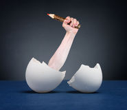 jajka wręczają klującego się ołówek Fotografia Royalty Free