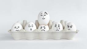Jajka z śmiesznymi twarzami w pakunku na białym tle Wielkanocna pojęcie fotografia Twarze na jajkach Zdjęcie Royalty Free