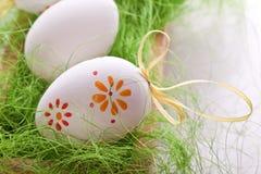 Jajka z z projekt kropkami na trawie Fotografia Royalty Free