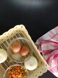 Jajko, cebula i warzywa w koszu z płótnem, zdjęcia royalty free