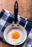 Jajko jajko smażący Kurczaka jajko Zamyka w górę widoku smażący jajko na smaży niecce Solony i spiced smażący jajko Obraz Royalty Free