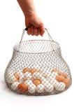 jajko koszykowa ręka trzyma biel Zdjęcia Stock