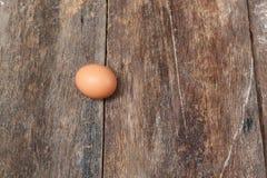 Jajko na drewnianym tle Odgórny widok Obraz Stock