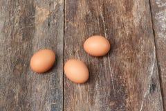 3 jajko na drewnianym tle Odgórny widok Obrazy Royalty Free