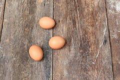 3 jajko na drewnianym tle Odgórny widok Obrazy Stock