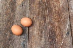 2 jajko na drewnianym tle Odgórny widok Zdjęcia Stock