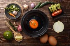 Jajko przygotowywa w pucharze i składnikach na drewnianego tła odgórnym widoku Fotografia Stock