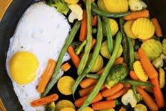 jajko smażący warzywa Zdjęcia Stock