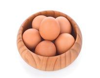 Jajko w drewnianym pucharze na białym tle Obrazy Royalty Free