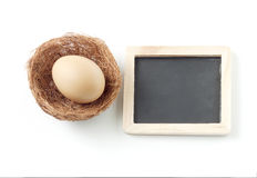 Jajko w gniazdeczku i blackboard Fotografia Royalty Free