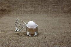 Jajko w klatce na ciemnozielonym szorstkim bawełnianym tekstury sztuki pojęciu Obrazy Stock