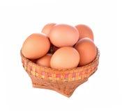 Jajko w koszu odizolowywającym na białym tle obraz stock