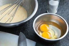 Jajko w kruszcowym pucharze dla gotować Obraz Royalty Free