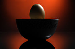 Jajko z dramatycznym czerwonym tłem. Zdjęcia Royalty Free