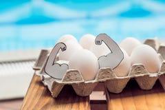 Jajko z mięśniami, pojęcie jajeczna proteina, bawi się odżywianie, dieta zdjęcie stock