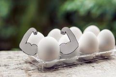 Jajko z mięśniami, pojęcie jajeczna proteina, bawi się odżywianie, dieta dla mięśniowego budynku zdjęcia stock