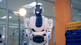 Jak android stopniowo obraca wokoło z przegiętymi rękami zdjęcie wideo