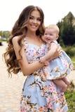 Jak matka Jak córka piękna rodzina w jednakowych sukniach Zdjęcie Royalty Free