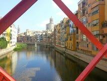 Jak obrazek Girona Domy rzeka barwniki Piękny Kościół odbijający Fotografia Stock