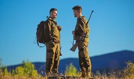 Jak zwrota polowanie w hobby Faceci tropi natury środowisko Łowiecki sezon Męska hobby aktywność Mężczyzna brodaci obrazy royalty free