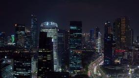 Jakarta céntrica con los edificios modernos en la noche metrajes