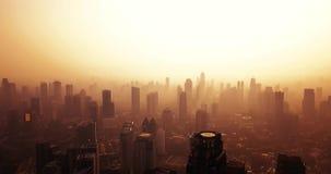 Jakarta im Stadtzentrum gelegen mit Schattenbild von Wolkenkratzern stock footage