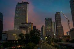 JAKARTA, INDONÉSIE - 3 MARS 2017 : Partie moderne d'horizon de ville comme vu de la distance, beau ciel de coucher du soleil avec Image libre de droits