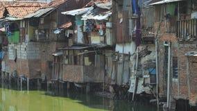 Jakarta, Indonesia - 15 de enero de 2019: Área de tugurios en el riverbank en Jakarta indonesia almacen de metraje de vídeo