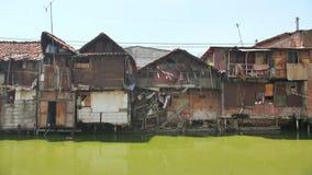 Jakarta, Indonesia - 15 de enero de 2019: Área de tugurios en el riverbank en Jakarta indonesia almacen de video