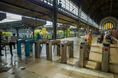 JAKARTA, INDONESIA - 5 MARZO 2017: Dentro la stazione ferroviaria, grande area spaziosa del binario con le macchine dell'entrata  Immagini Stock