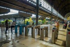JAKARTA, INDONESIA - 5 MARZO 2017: Dentro la stazione ferroviaria, grande area spaziosa del binario con le macchine dell'entrata  Fotografie Stock Libere da Diritti