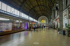 JAKARTA, INDONESIA - 5 MARZO 2017: Dentro la stazione ferroviaria, grande corridoio spazioso con la gente che cammina intorno Fotografia Stock